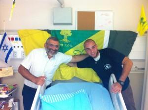 Gabriel Benhaïm. un jeune Juif de France venu combattre dans les rangs de Golani, blessé gravement à la tête dans la Bande de Gaza. Ici en covalescence au centre médical Tel Hashomer en compagnie du docteur Michael Ben Ari
