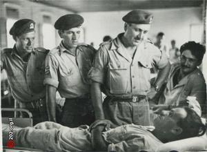 Marcel Tobias rendant visite à des blessés suite à une opération de représailles en 1952