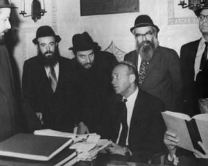 Itzhak Rabin, ambassadeur d'Israel aux Etats-Unis en conversation avec le secrétaire du Rabbin Menahem Mandel Schneerson avant sa rencontre avec ce dernier en centre de Loubavitch.