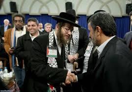 Un représentant des Natorie Karta faisant allégeance à Ahmadinejad à Téhéran