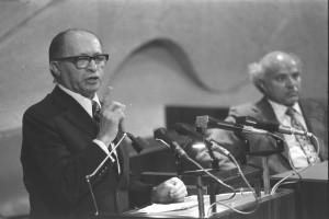 Menahem Begin prononçant un discours à la Knesset en 1973