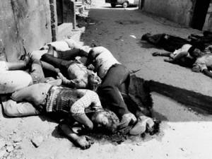 Cadavres dans les rues des camps de Sabra et Chatila après le massacre perpétré par les milicies chrétiennes maronites en septembre 1982