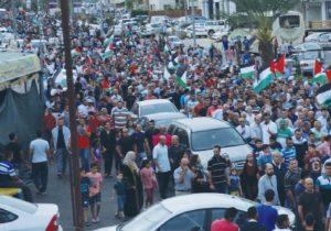 Défilé arabe à Jérusalem avec drapeaux palos