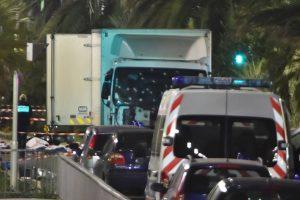 Attentat-de-Nice-Les-officiers-de-la-police-judiciaire-enquetent-autour-du-camion-crible-de-balles_exact1024x768_l