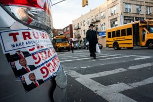 Des autocollants en anglais et en hébreu appelant à voter Trump à Borough Park quartier à forte densité juive orthodoxe de Brooklyn